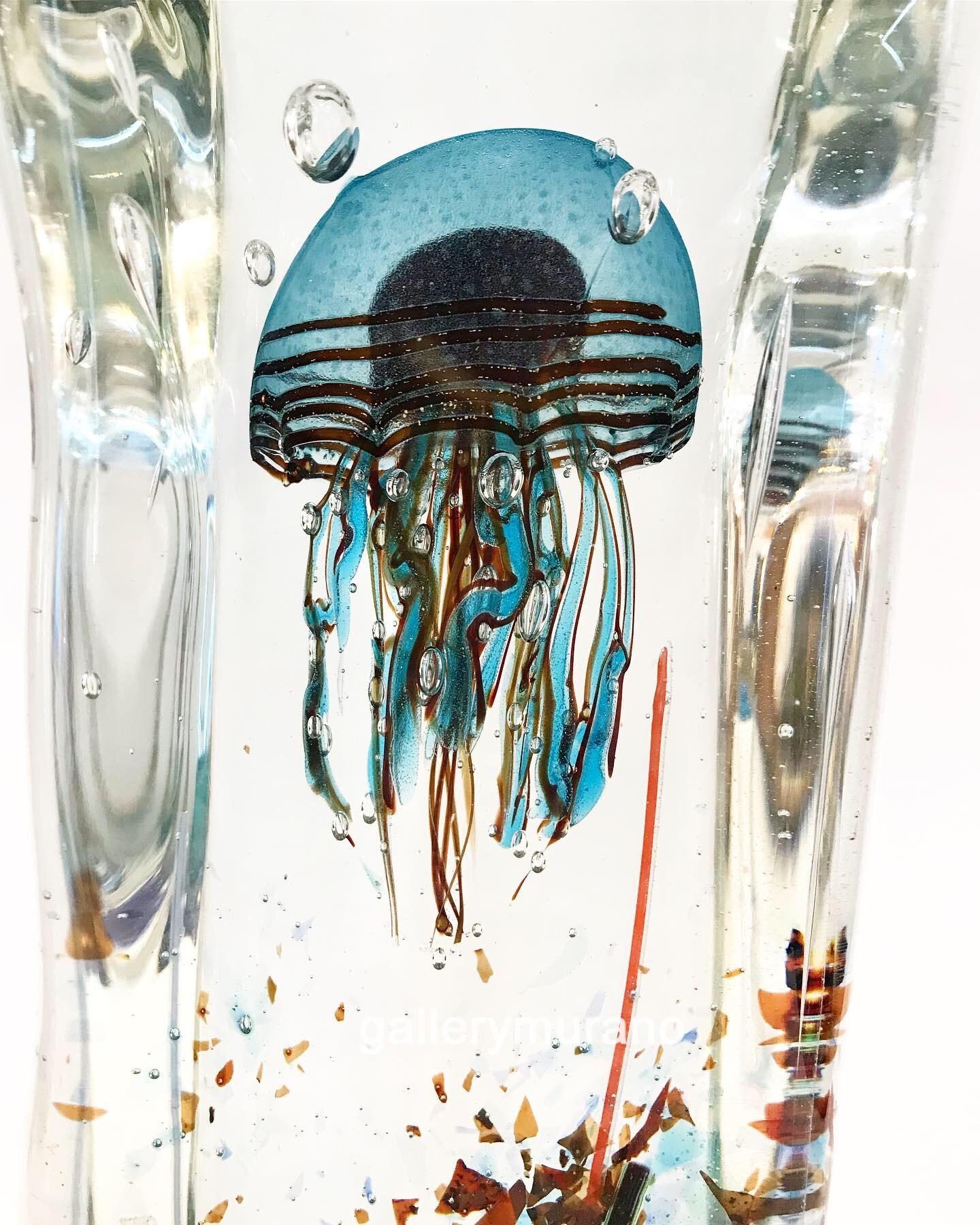 Аквариум с голубой медузой